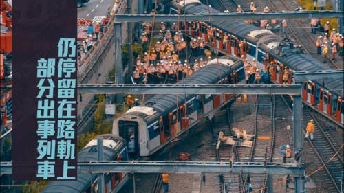 工程人員成功將一節出軌車廂吊起            並移離路軌
